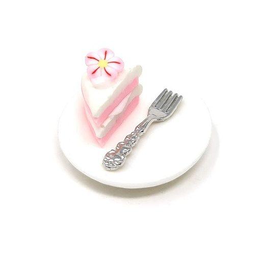 Torta s čerešňovým kvetom na tanieri s vidličkou