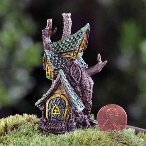 Malý domček z kmeňa stromu